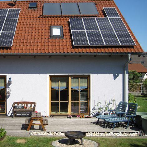 Flachkollektoren auf Dach montiert neben Photovoltaik Killus-Technik.de
