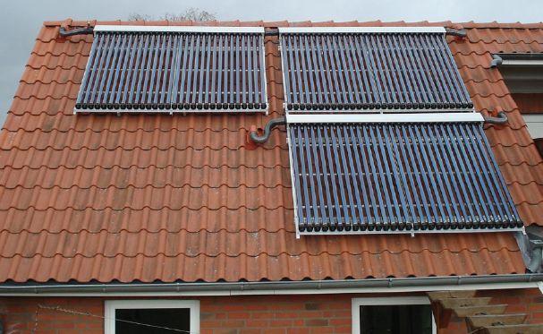 Röhrenkollektoren auf Dach montiert Killus-Technik.de